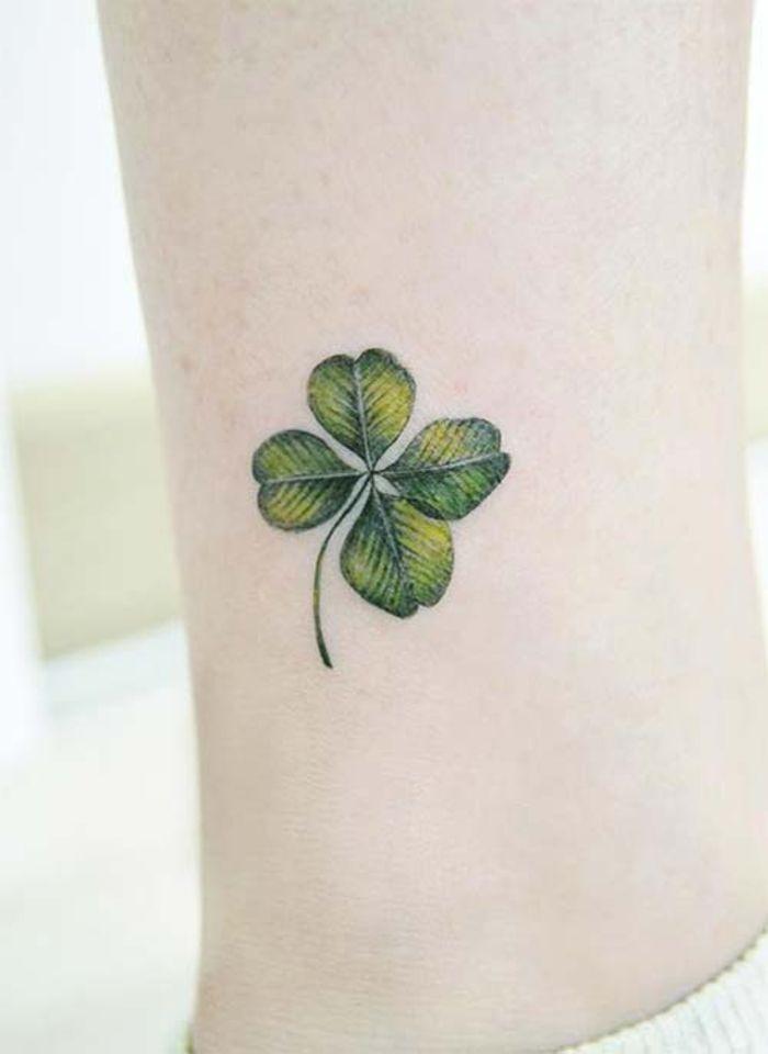 tattoo am knoechel, vierblaettriges kleeblatt, gruen, tattoo motive fuer frauen
