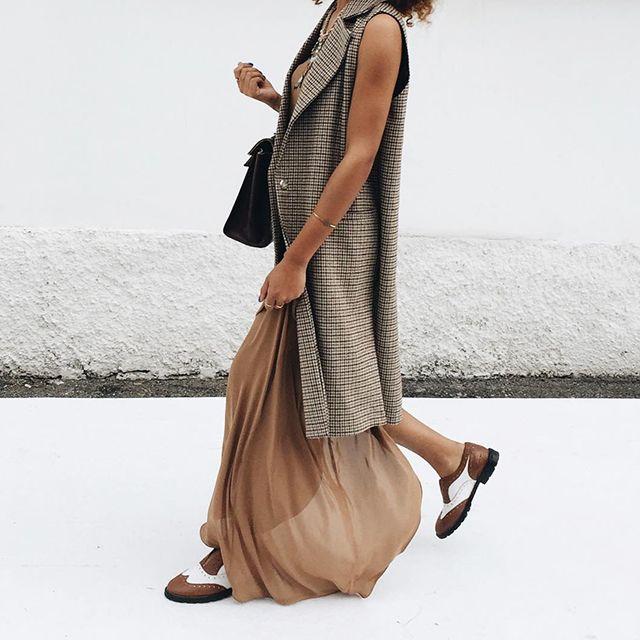 Ecco uno dei trend più stilosi dell'ultimo periodo: il maxi gilet o anche il cappotto senza maniche. Da indossare su un pullover pesante o su un abito lungo e casual. Perfetto sempre, è elegante e incredibilmente glamour!   Sleeveless coat  #sleeveless #sleevelesscoat #jacket #neutralcolor #fashionblogger #neutral #beige #spring
