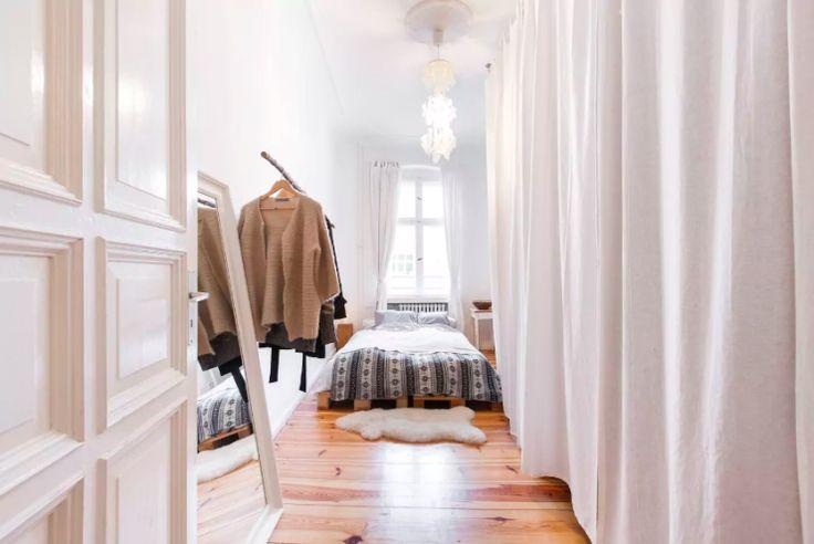 Superschöne WG-Zimmer-Einrichtung: Kleiderschrank mit Vorhang, Kleiderstange und Ganzkörperspiegel sowie gemütlichem Bett.  #Einrichtung #WG