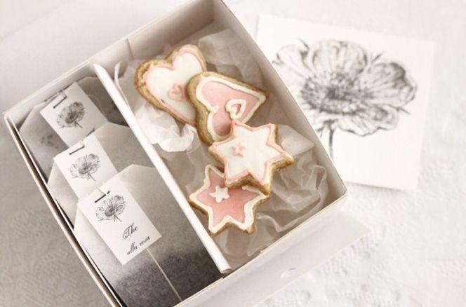 The and cookies  Tre bustine di the con etichetta personalizzata + quattro biscotti. A scelta gusto the.  info@yesinitaly.com  Price: €12.00