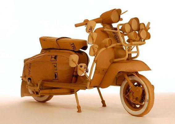 uit hout gesneden en geschuurde scooter