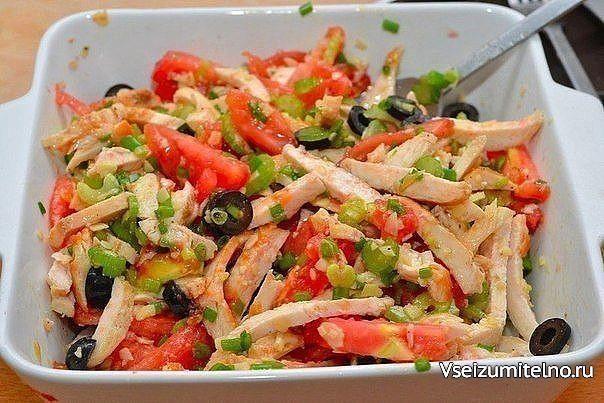 Топ - 6 салатов с Куриным филе:   1. Салат с курицей  Ингредиенты: - отварное куриное филе – 300г - фасоль (отварная или консервированная) – 200г - сыр (твёрдый) – 150г - кукуруза (консервированная) – 400г - маринованные огурцы – 3-4 шт. - чёрный хлеб – 3 ломтика - чеснок – 1 долька - соль, майонез, пучок петрушки  Приготовление: 1. Чеснок очистить, натереть на мелкой тёрке или пропустить через пресс. 2. Ломтики чёрного хлеба натереть солью и чесноком, нарезать кубиками и подсушить на…