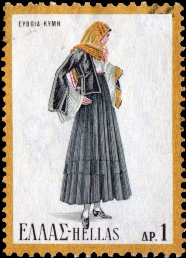 Η γυναικεία ενδυμασία της Κύμης φορέθηκε στην Κύμη Ευβοίας και στην ευρύτερη περιοχή τον 18ο αιώνα. Υπάρχει η επίσημη ή του γάμου (που τη φορούσαν σε γιορτές, σε γάμο ή αρραβώνα) και η καθημερινή, που είναι σχεδόν μαύρη. Στο Πελοποννησιακό Λαογραφικό Ίδρυμα υπάρχει και μια σπάνια εκδοχή της νυφικής φορεσιάς με ιδιαίτερα χαρακτηριστικά.  Απαρτίζεται από τα εξής κομμάτια:  Πολύπτυχη φούστα ραμμένη σε μπούστο, ανοιχτό μπροστά και χωρίς μανίκι. Για την επίσημη φορεσιά χρησιμοποιούνταν μεταξωτό…
