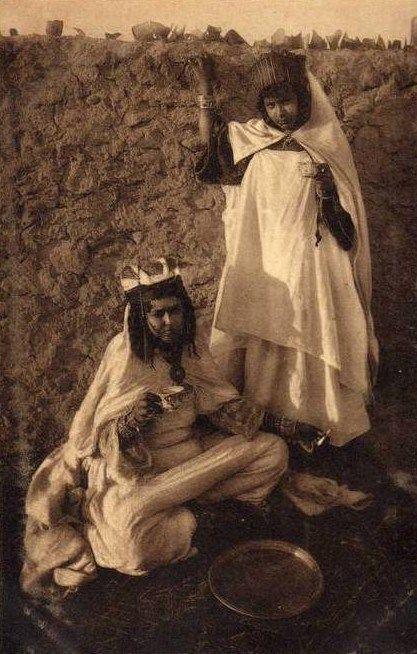 Deux femmes de la tribu des Ouled Naïl buvant du thé