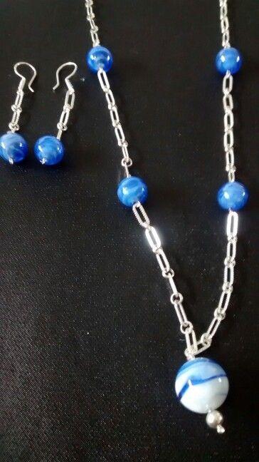 Collar largo y aretes de plata con piedras azules de fantasía