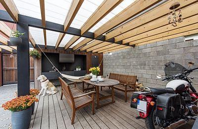 K domu byl navržen ještě zahradní objekt, jehož součástí je sauna, menší tělocvična a prostor pro kola a zahradní nářadí. Vznikl tam venkovní obývací pokoj s letní kuchyní s grilem a udírnou.