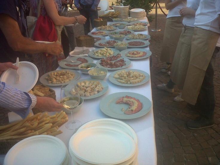 Si degusta  i vini e il cibo delle langhe
