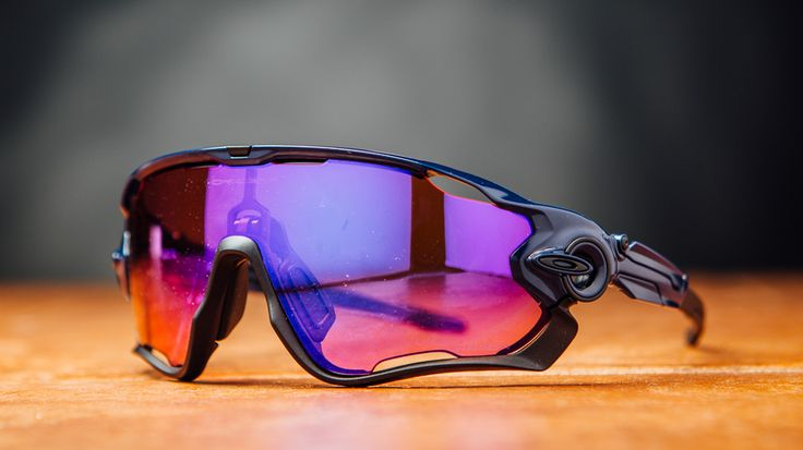 Oakley dynasty's reputation of visual enhancement and quality product is maintained with the Oakley Jawbreaker.