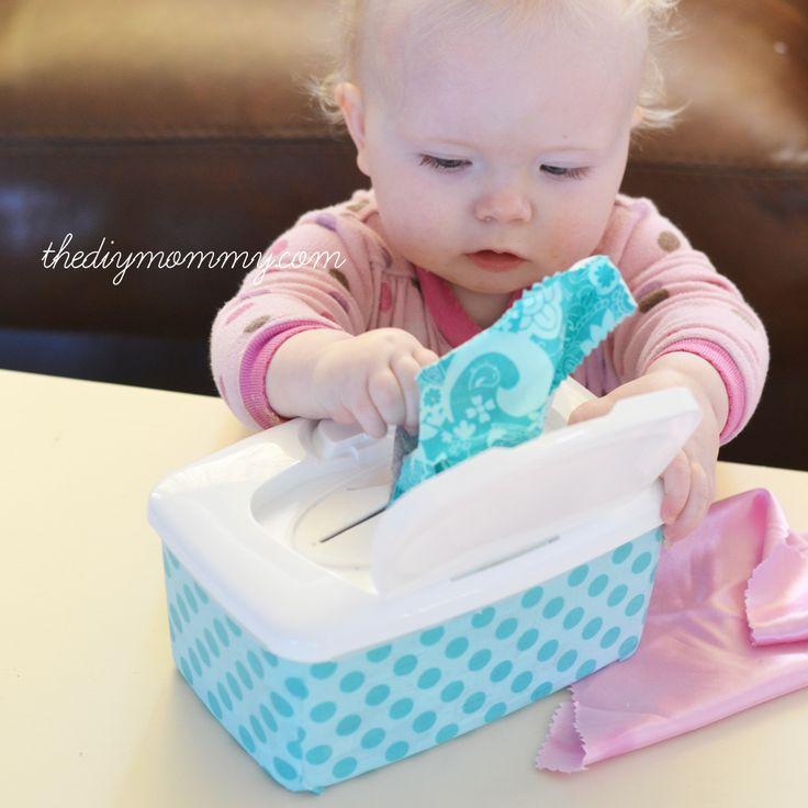 GERECYCLEERD MATERIAAL: De baby haalt uit het doosje verschillende soorten stofjes met verschillende kleuren en motiefjes zodat hij verschillende structuren kan ontdekken.