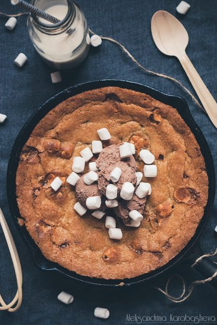 Skillet cookie with chocolate chips and mini marshmallows - recipe on the blog -> www.talesofchocolate.blogspot.com