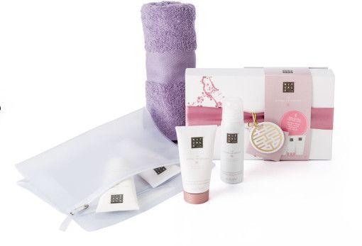 Het Ritualspakket 'The ritual of Sakura' is een stijlvol pakket en ideaal om weg te geven als eindejaargeschenk aan uw relaties en medewerkers. Het Ritualspakket is een complete samenstelling van heerlijk kersenbloesem geurende Rituals producten, een zachte handdoek en een elegant toilettasje.
