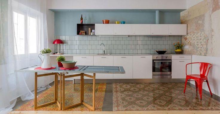 I segni sul pavimenti riescono a delimitare gli ambienti con delicatezza, senza creare barriere. Gli arredi e gli oggetti provengono dal negozio spagnolo Casa Jornet Foto Nieve | Productora Audiovisual