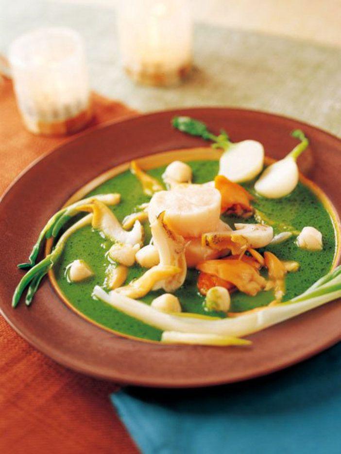 |『ELLE a table』はおしゃれで簡単なレシピが満載!  INGREDIENTS 材料  4 人分 小かぶ(縦半分に切る)2 個 小ねぎ4 本 あさつき4 本 ブイヨン(※別レシピ参照)200 cc 赤貝4 個 帆立貝(貝柱)4 個 あおやぎ4 個 子柱8 個 つぶ貝4 個 からし菜50 g 生ハム1 枚 オリーブオイル少々 EX.V.オリーブオイル30 cc にんにく1/2 片 塩、白こしょう少々 ※チキンブイヨン(作りやすい分量) 水4.5〜5 L 鶏ガラ800 g 鶏手羽360 g にんじん100 g 玉ねぎ100 g 長ねぎ80 g セロリ60 g パセリ数本 ローリエ1 枚 BEFORE COOKING 下ごしらえ  ※チキンブイヨンを作っておく。鶏がらはよく水洗いする。玉ねぎ、にんじんは縦半分に切る。深めの鍋に、分量の水と手羽、鶏がらを入れて強火にかける。沸騰したら弱火にしてアクを取る。アクが取れたらにんじん、玉ねぎ、長ねぎ、セロリ、パセリ、ローリエを入れて少し火を強め、再び沸騰したら火を弱めて1時間半から2時間煮てから漉す。 HOW TO COOK 作り方