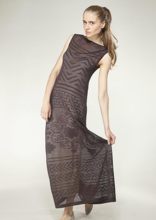 Великолепное макси-платье полуприлегающего силуэта из легкого ажурного трикотажа. Платье выполнено без рукавов, из полотна сетчатой фактуры, достаточно сильно просвечивает.  Вырез горловины – высокая лодочка. Различные фасоны и цвета нижней комбинации могут дать многообразие вариантов платья: короткие - чувственные, длинные - элегантные.  Платье подойдет молодой стройной женщине, хорошо сочетается с летними балетками или туфлями на небольшом каблучке.