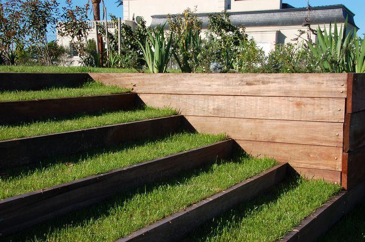 Escalones de cesped sectores especiales en jardines for Jardines en desnivel