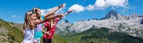 LES TRAPPEURS (nés de 2002 à 2007). En compagnie de leurs copains et encadrés par un accompagnateur, ils découvrent la richesse des Aravis et goûtent à une multitude d'activités ludiques ! (parcours aventure, trampoline, mini-golf, tir à l'arc, piscine, randonnée...)
