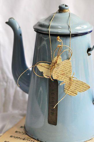 cafetière émaillée et papillon