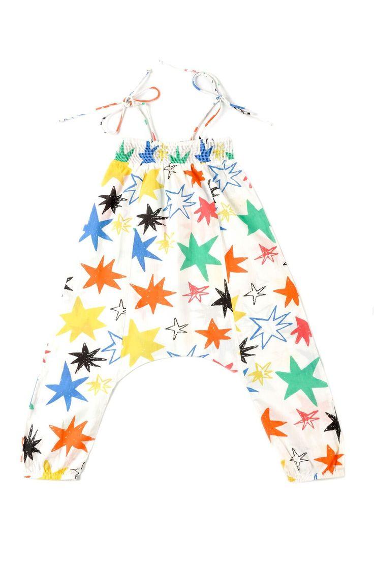 """Ολόσωμη φόρμαHoshi από 100% οργανικό βαμβάκι.  Από την καλοκαιρινή συλλογή """"Kiyoko in Hanoi"""" της Nadadelazos.  Είναι λευκή με τυπωμένα ασύμετρα χρωματιστά αστέρια.  Είναι ελαστική και άνετη, ότι πρέπει για τις μικρές μας φίλες.  Κατασκευή: Ινδία"""