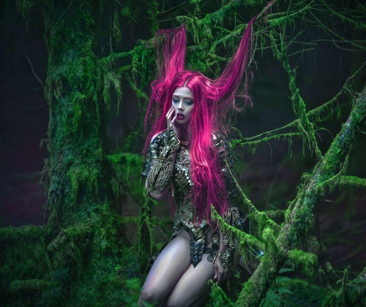 испуганная-девушка-с-розовыми-волосами-сидит-в-лесу-в-кольчуге.jpg (1920×1612)
