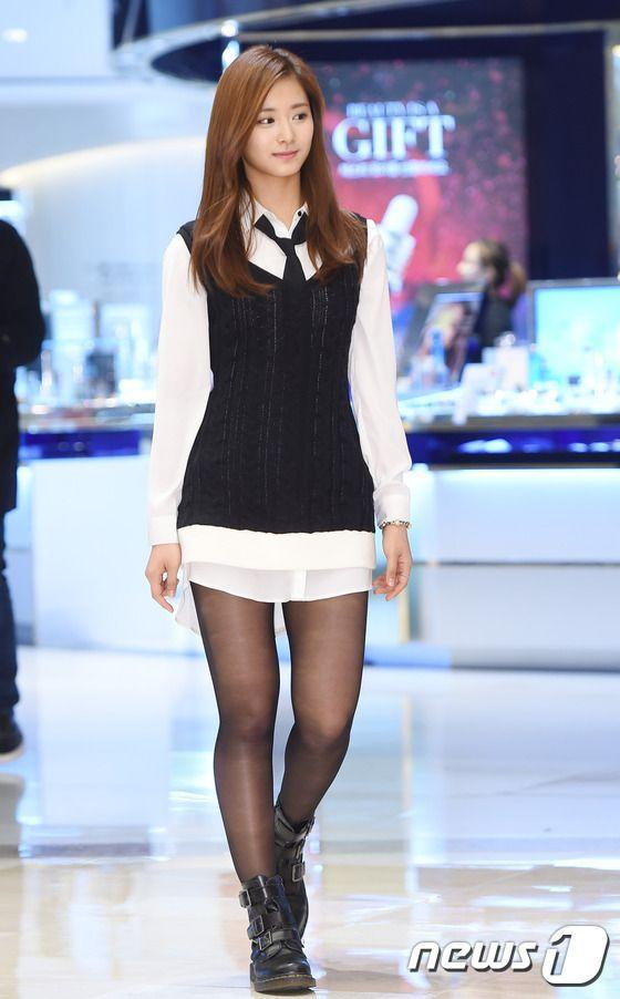 White Plain Polo with Necktie and Stockings Airport Fashion of Twice Tzuyu