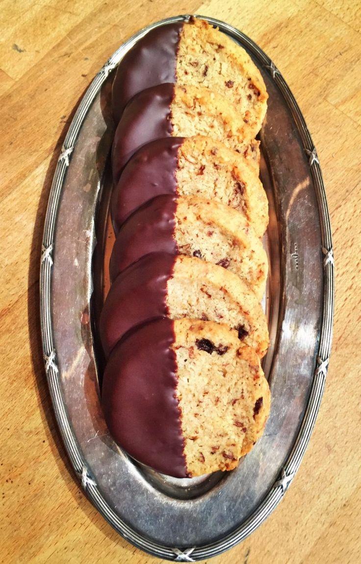 Småkakor tycker jag är rätt underskattade. De är fantastiskt goda och eftersom de är så små så kan man äta flera stycken. En favorit är havre och russinkakor, de har en perfekt sötma och lite sälta och de blir extra goda när man doppar halva i choklad. Havre och russinkakor 225 g mjöl 270 g …