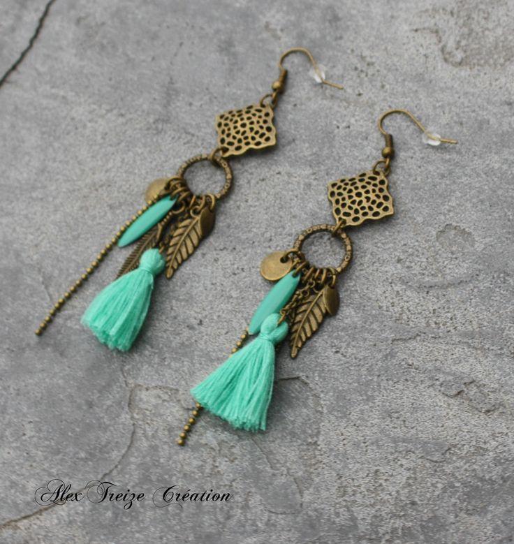 Bijou Créateur - Boucles d'oreilles bronze antique Estampes Breloques plumes pompon teal et sequins émaillés bleu vert