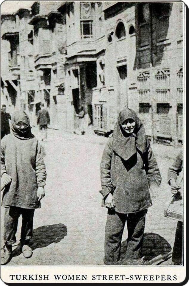 I.Dünya Savaşı  erkeklerin genelde askerde olması nedeniyle İstanbul Belediye ilk kez kadın çöpçüleri işe alıyor-1918