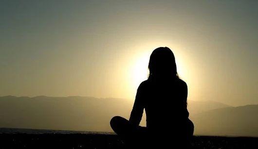 Silu prosperity využijete pomocou vizualizácie tak, že si predstavíte, ako s každým nádychom do vás prúdi čistá, biela, osvecujúca energia. Predstavte si, ako sa vám telo napĺňa touto krásnou, čistou, osvecujúcou energiou, sledujte, ako táto energia rozsvecuje každú bunku vášho tela, kým, celé vaše telo vnútri aj zvonku nebude svietiť a žiariť ako jasná hviezda.