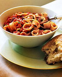 Simple but delicious recipe for calamari in pasta with a red wine/tomato sauce.