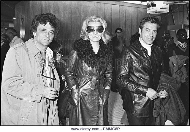 04april1976-FRANCE COLUMBO STAR PETER FALK WITH GENA ROWLANDS AT AIRPORT (640×443)