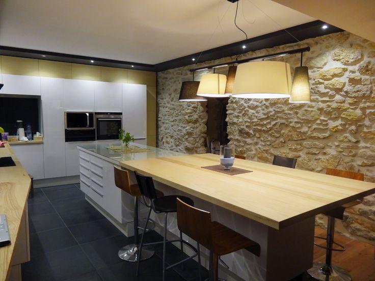 Cuisine laquée blanche et bois frêne massif carrelage noir 60x60 bords rectifiés murs en pierre