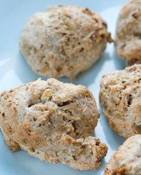 De langtidshævede sunde boller med hasselnødder er super nemme, så det gør det let at få friskbagt brød om søndagen