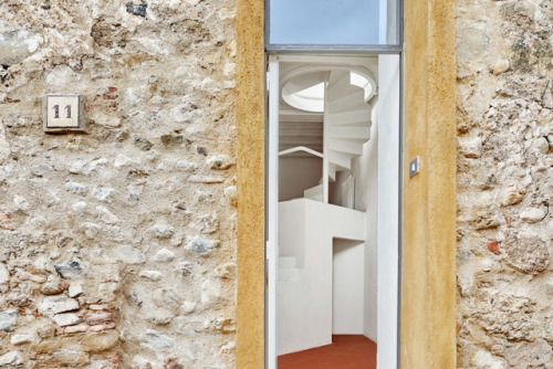 Een bijzonder trappenhuis verbindt de verdiepingen van deze woning in het spaanse La Tallada na de verbouwing aan de hand van het ontwerp van Arquitectura-G.