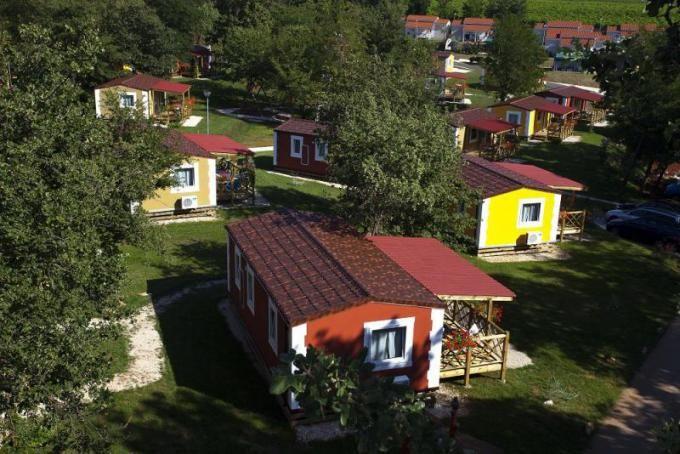 Mobilní domy – Camp Mareda http://www.hrvaska.net/cz/mobilni-domky/novigrad/mobilni-domy-sirena.htm