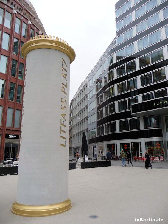 Litfaßplatz mit Säule in Berlin-Mitte, Hackescher Markt Süd