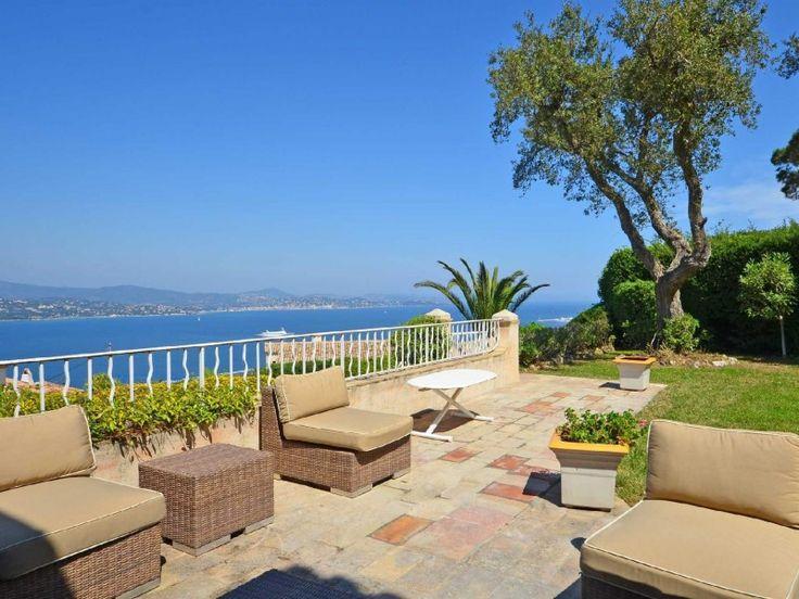 Propriété avec vue mer - Louer #Gassin  Cette propriété se situe dans un domaine à l'entrée de Saint Tropez, avec un accès facile aux plages de Pampelonne. Elle bénéficie d'une vue sur le golf et le village de Saint Tropez. Cette villa provençale offre cinq chambres et un logement indépendant.  Rez-de Chaussée: - Entrée avec vestiaire http://aiximmo.ch/fr/listing/propriete-avec-vue-mer-louer/  #frenchriviera #cotedazur #mallorca #marbella #sainttropez #sttro