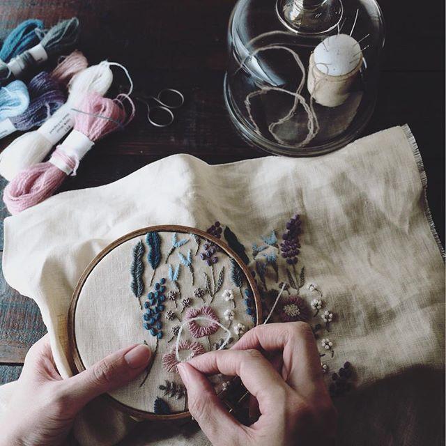 制作中 、 、 、 #embroidery #刺繍 #刺しゅう #handmade #needlework #linen #stitch #handembroidery #stitching #handstitched #broderie #bordado #stickerei #ricamo #刺绣品 #자수 #atelier #workspace