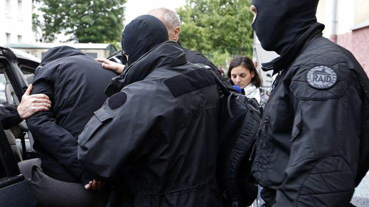 13.05.14 / Comment la France détecte ses djihadistes / Les services de renseignement turcs, les familles des moudjahidines et certaines mosquées coopèrent. Tout comme les compagnies aériennes, censées transmettre leurs listes de passagers aux autorités / «Le filet est en place». Ainsi décrit par un spécialiste du renseignement, le nouveau dispositif de détection précoce des terroristes mis en place par le ministère de l'Intérieur commence a produire ses effets. Instruit par la magistrats ...