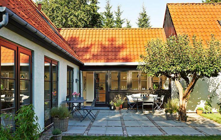 Udnyt krogen mellem to længer i huset til anlæggelse af terrassen. *Terrasser i sten - få inspiration her*