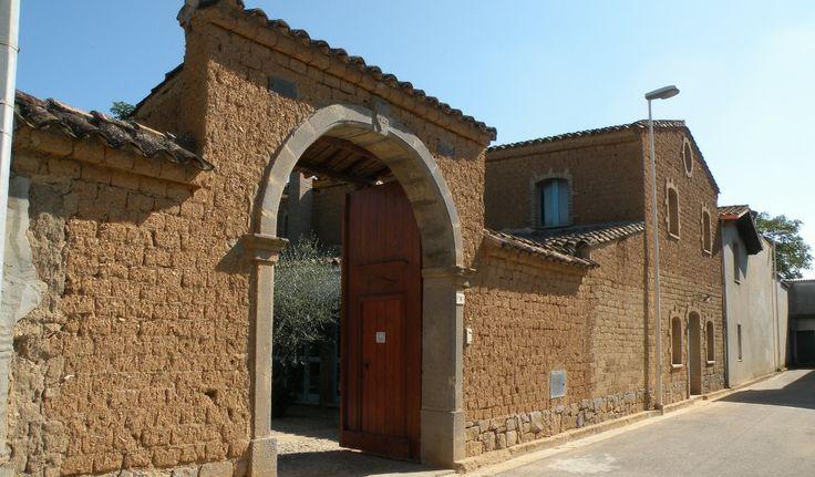 Serrenti, #Sardegna  http://www.provincia.mediocampidano.it/resources/cms/images/20091105_casa_in_terra_cruda_d0.JPG -  ABITAZIONI IN TERRA CRUDA, un patrimonio storico, architettonico da conservare.