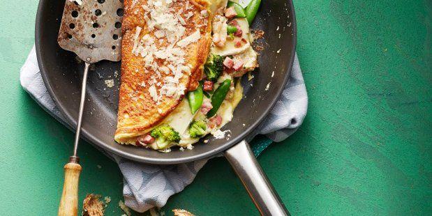 Omelet gevuld met broccoli, sugarsnaps, spekblokjes, brie en geraspte Parmezaanse kaas.