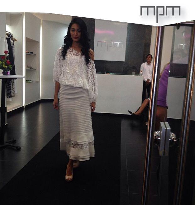 Un look muy mpm: blusa globo en encaje con falda larga con sesgos.