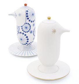 FORMA CHOEMON 登場!  2010年に第一弾を発表して以来、高い人気と次回作への期待が寄せられてきた「上出長右衛門窯 × ハイメ・アジョン」の和食器シリーズ。今春、新シリーズ「FORMA CHOEMON」が発売されます。  長右衛門窯の職人によるブルーの染付が特徴的だった既存のシリーズを、あえてシンプルにハイメ氏がデザインしたフォルムを引き立てました。  アクセントとして金を施し、外側はマットに仕上げ手に馴染みやすいのが特徴です。ハイメ氏らしい東洋と西洋を感じさせるデザインを、職人による繊細な手仕事が完成度の高い新作に完成させました。  本商品に九谷焼の絵付はありませんが、自由に絵を描くように使う人自身がお料理で器を楽しく彩ることが出来ます。本シリーズのコンセプトでもある「絆」を示し、より一層食卓を豊かにするお手伝いが出来ればと思います。  *FORMA(フォルマ)はスペイン語でフォルムの意。