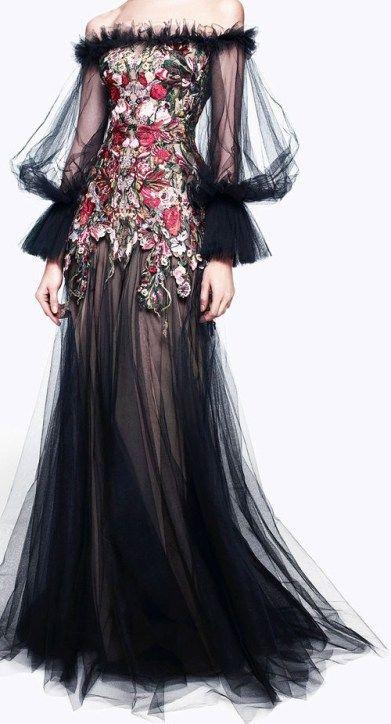 Außergewöhnliche würdige Kleid-Sammlung durch Alexander MC Königin – Dekorationly