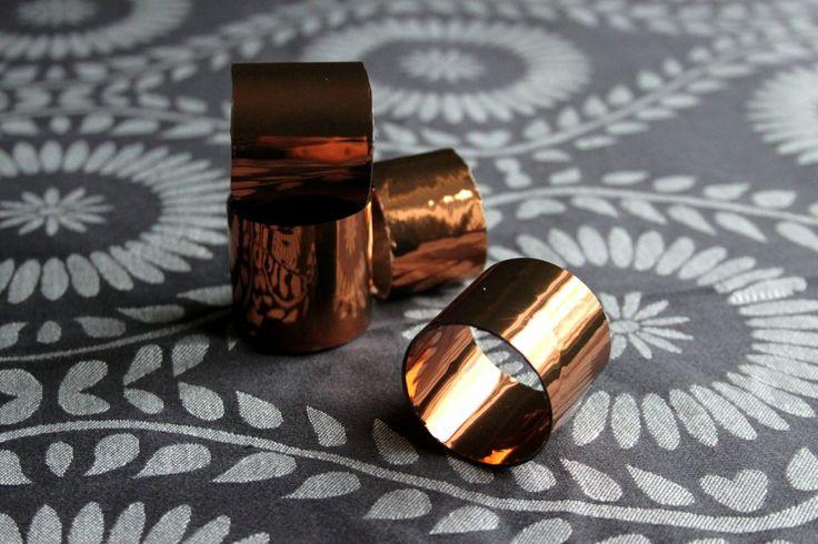 Servettringar av toarullar och kopparfärgad dekorplast. Napkin rings made of toilet paper rolls and copper trim plastic. DIY