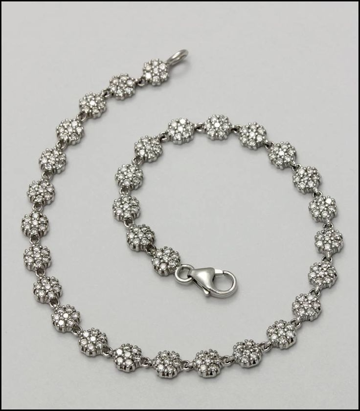 Ref. 2W Gargantilla de flores de diamantes, elaborada en oro blanco de 18K.