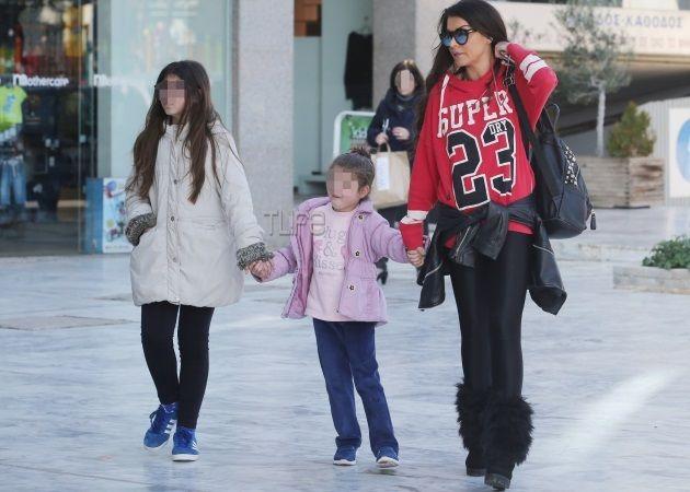 Νίνα Λοτσάρη: Βόλτα με τις κόρες της στα νότια προάστια [pics]