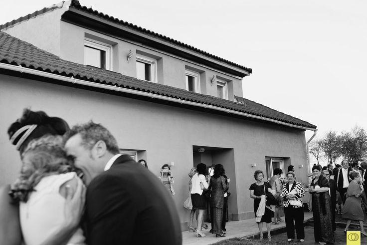 Novios y su hija se abrazan a la llegada de la novia.  © SILVER MOON FOTOGRAFÍA