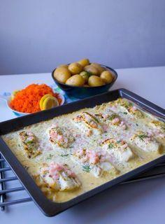 En god gratäng där såsen och torsken tillagas samtidigt i ugnen. Fisken blir saftig och får en god smak av såsen. Servera med valfritt tillbehör, passar perfekt med potatis, pasta, ris eller sallad. HÄR! hittar du recept på samma rätt fast med lax. 6 portioner torskgratäng 800 g torskfilé 5 dl grädde (gärna vispgrädde) 3 dl creme fraiche 1 dl hackad färsk dill eller 0,5 dl djupfryst dill 0,5 purjolök 1 citron (justera syra efter smak) 1 fiskbuljong eller salt 1 tsk dijonsenap Salt & peppa...