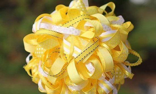 Para a decoração de sua festa ficar ainda mais especial, você pode fazer uma bola decorada com fitas, com a cor ou com as cores que predominam no tema